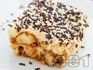 Рецепта Домашна бишкотена торта с ванилов крем от мляко и сладкарска сметана декорирана с шоколадови пръчици